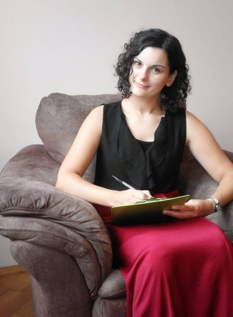Justyna robiąca notatki podczas spotkania z partnerem biznesowym Centrum Feniks